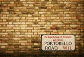 Portobello Road sign auf einem Backstein-Fassade des ein Gebäude-Architektur — Stockfoto