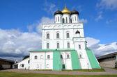 Troitckiy katedrála ve městě pskov. — Stock fotografie