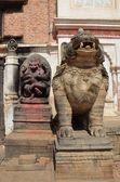 Nepal, bhaktapur, quadrado de durbar. a hanuman divindade e o leão de pedra perto da entrada para o palácio real. — Foto Stock