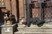 Nepal, Kathmandu. An old man is sleeping on the steps of the temple. — Stock Photo