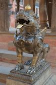 Nepal, bhaktapur, durbar square. Leone vicino al tempio. — Foto Stock