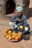 Nepal, Bhaktapur street trade, mango seller. — Zdjęcie stockowe