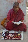 Nepal. Monk sitting near Bodnath stupa in Katmandu. — Stock Photo