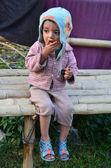 Niño nepalí comiendo galletas — Foto de Stock