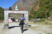 Nepal, trekking in the Himalayas, Manang region. Porter carries a load of tourists. — Stock Photo