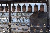 Complejo, del templo budista de Nepal Sv? yatbudnath, atributos rituales del budismo. — Foto de Stock