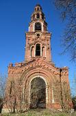 Klocktornet i raserad peter och paul kloster i staden yuryev-polsky — Stockfoto