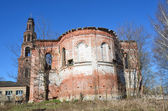 Uspenskaya kerk en bell toren geruïneerde petrus en paulus klooster in de stad van joerjev-polski — Stockfoto