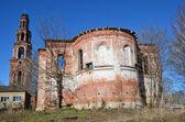 Bell y uspenskaya iglesia torre arruinado monasterio de pedro y pablo en la ciudad de yuryev-polsky — Foto de Stock