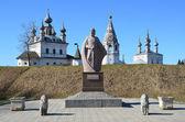 Le monument à yuriy dolgorukiy en face du monastère de micael-arhangelskiy dans la ville d'iouriev-polski. anneau d'or de la russie. — Photo