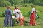 Women of Slavic communities create stuffed Sun God-Yarilo for participation in the ceremony on the holiday of Ivan Kupala — Stock Photo
