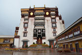 Tibet, the Potala Palace in Lhasa, the residence of the Dalai Lamas. — Stock Photo