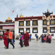 Tibet, Lhasa, people commit bark surrounding the Jokhang — Stock Photo