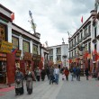 Tibet, buddists committing bark on ancient Barkhor Street surrounding the Jokhang in Lhasa — Stockfoto
