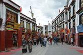 Tibet, buddists committing bark on ancient Barkhor Street surrounding the Jokhang in Lhasa — Stock Photo