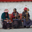 Tibet, Lhasa, three elderly women sitting on a bench near the Temple  Djokang — Zdjęcie stockowe