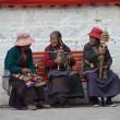 Tibet, Lhasa, three elderly women sitting on a bench near the Temple Djokang — Stockfoto