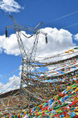 Tibet, La La, Loong 5124 meters at sea level, a high-voltage tower with ritual Buddhist flags — 图库照片