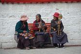 Tibet, Lhasa, three elderly women sitting on a bench near the Temple Djokang — Stock Photo