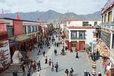 Tibet, ancient Barkhor Street surrounding the Jokhang temple in Lhasa — Stock Photo