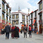 Tibet, ancient Barkhor Street surrounding the Jokhang temple in Lhasa — Stockfoto