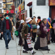 Tibet, Lhasa, people commit bark on ancient Barkhor street surrounding the Jokhang — Stok fotoğraf