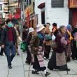 Tibet, Lhasa, people commit bark on ancient Barkhor street surrounding the Jokhang — Foto de Stock