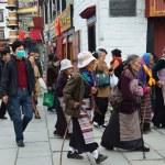 Tibet, lhasa, personas cometen corteza de barkhor antigua calle rodea al jokhang — Foto de Stock   #35335283