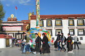 Tibet, people near ancient Jokhang monastery in Lhasa — Foto Stock