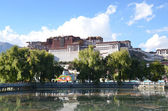 Tibet, Lhasa, Potala Palace - the former residence of the Dalai Lamas in the twilight by the lake — Stock Photo