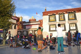 Tibet, Lhasa, Buddhists make prostration (pray) before the first Buddhist temple in Tibet, the Jokhang — Stockfoto