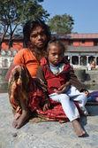 непал, катманду, пашупатинатх, бедная женщина с ребенком попрошайничество — Стоковое фото