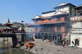 Kathmandu, Nepal, Pashupatinath, cremation of the dead on the banks of the sacred Bagmati River — Stock Photo