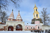 Suzdal, Rizopolozhenskiy monastery in winter in cloudy weather — Foto Stock