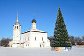 Commerce Square in suzdal, Voskresenskaya (Resurrection) Church and decorated for New year Christmas tree — Stock Photo