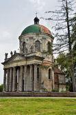 提高神圣罗马天主教会和圣约瑟夫附近利沃夫,乌克兰。1752-1766年施工时间 — 图库照片