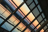 Puesta del sol a través de una ventana en un aeropuerto — Foto de Stock