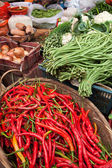 Pimientos rojos en cesta en un mercado — Foto de Stock