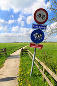 Do not disturb catle sign along a bike trail — Stock Photo
