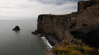 Lighthouse on black cliffs, Dyrholaey, Iceland — Stockvideo