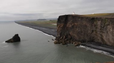 Lighthouse on black cliffs, Dyrholaey, Iceland — Stock Video