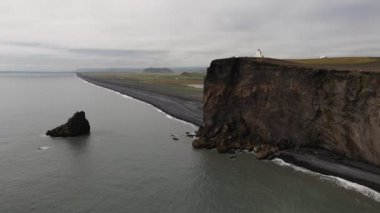 Lighthouse on black cliffs, Dyrholaey, Iceland — Vidéo
