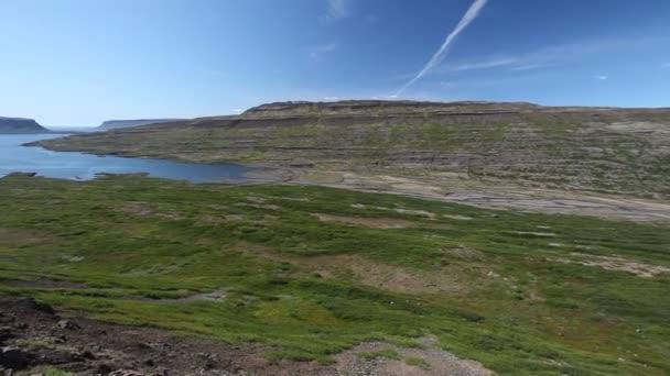 Route sur un lac de montagne en islande — Vidéo
