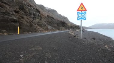 Road on a mountain lake in Iceland — Stock Video