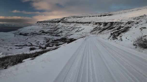 Distance, vide route couverte de neige — Vidéo
