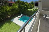 Schwimmbad-blick vom balkon — Stockfoto