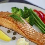 Salmon steak and cookeg vegetables — Stock Photo #22341813
