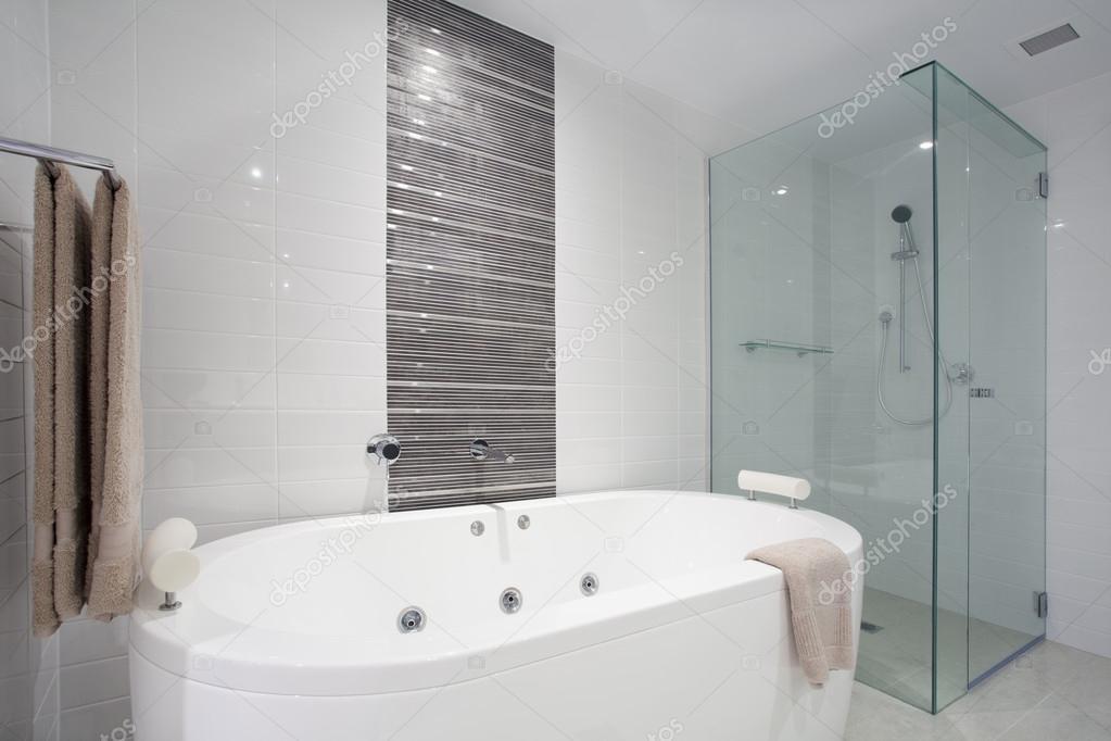 Imagenes De Baño En Tina:Tina de baño y ducha — Fotos de Stock © zstockphotos #22930218