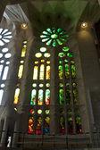 Glasfenster der basilika sagrada familia in barcelona, spanien — Stockfoto