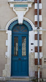Porta della vecchia casa francese nel centro di chateleillon plage, in francia — Foto Stock